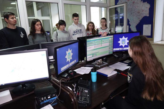 Поліцейські показали франківським студентам, як працюють інспектори