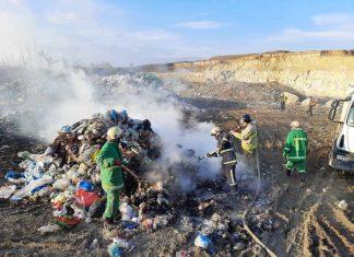 На Прикарпатті невідомі підпалили сміттєзвалище: фоторепортаж