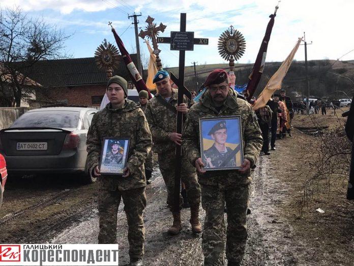У рідному селі на Прикарпатті поховали загиблого бійця, який зник безвісти шість років тому: фоторепортаж