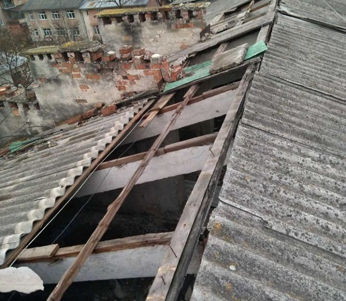 В Івано-Франківську відремонтують пошкоджену вітром покрівлю будинку