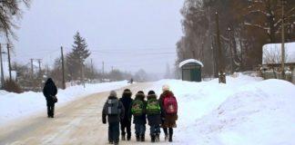 Через гори, ліс і сніг: в гірських селах Прикарпаття діти долають по 10 км, щоб добратися до школи