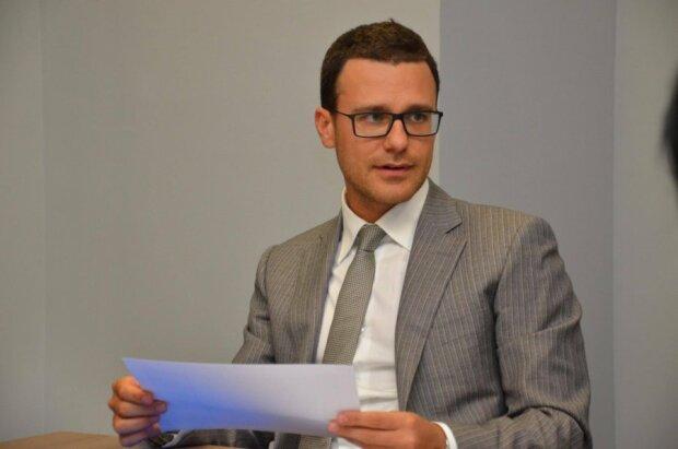 Першим заступником голови Фонду державного майна призначено Леоніда Антоненка, який став відомим після своїх фото ню та відвертих світлин із партнером. Фото