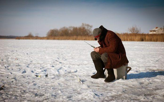 Прикарпатські рятувальники не пустили на тонкий лід рибалку