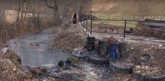 Водопостачання на Прикарпатті під загрозою через вилив у річку нафти: відео