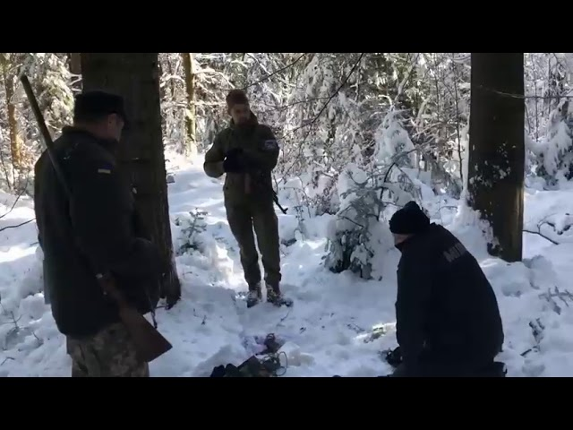 """Прикарпатські мисливці спіймали у """"Чорному лісі"""" професійного браконьєра зі зброєю: відео"""