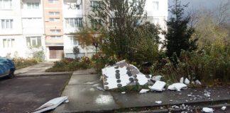 У середмісті Франківська сильний вітер позривав зовнішнє утеплення з новобудов