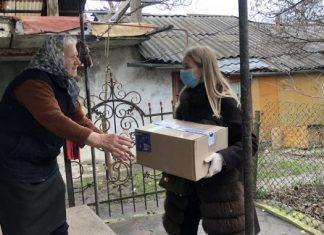 """У Франківську активісти """"Європейської Солідарності"""" роздають продуктові набори потребуючим людям"""