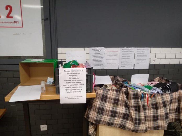 У місті Калуші волонтери облаштували точки самообслуговування із продажу медичних масок