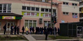 """Франківці б'ють на сполох через масове скупчення людей біля візового центру на """"Пасічній"""""""