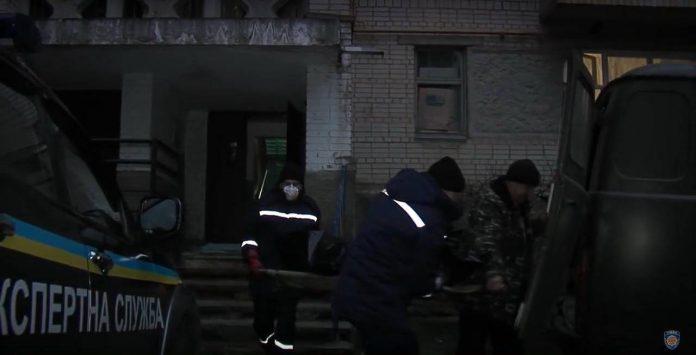 В центрі Івано-Франківська, у зачиненому підвалі, виявили труп невідомого чоловіка