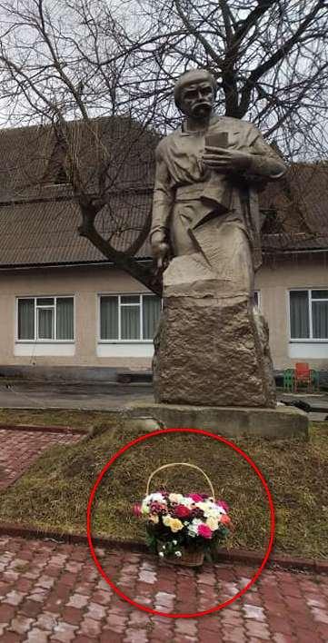 В курортному Татарові невідомі викрали квіти з-під постаменту Кобзареві