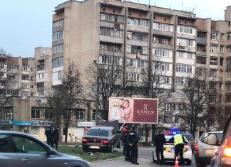 Чергова ДТП у Франківську: іномарка на швидкості влетіла у кільце та знесла стовп