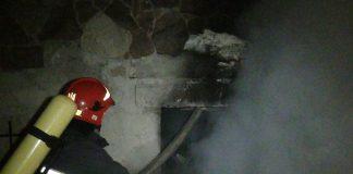 Безхатченки вчинили пожежу у підвалі однієї із багатоповерхівок Калуша