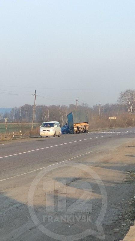 В передмісті Івано-Франківська вантажівка вилетіла з дороги
