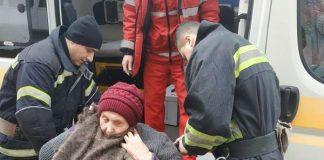 Франківські рятувальники допомогли медикам потрапити до пенсіонерки, яка потребувала термінової допомоги