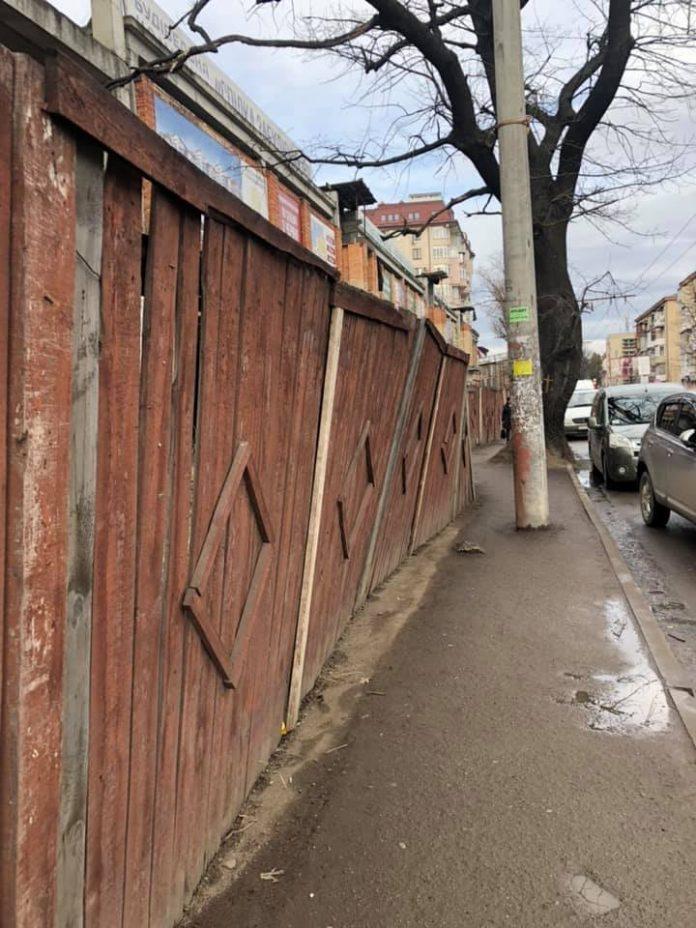 """""""Створюється небезпека для пішоходів"""",- мешканці Франківська обурені тротуаром по вулиці Мельника: фотофакт"""