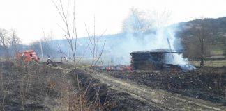 Через людську недбалість на Коломийщині зайнялась недіюча будівля