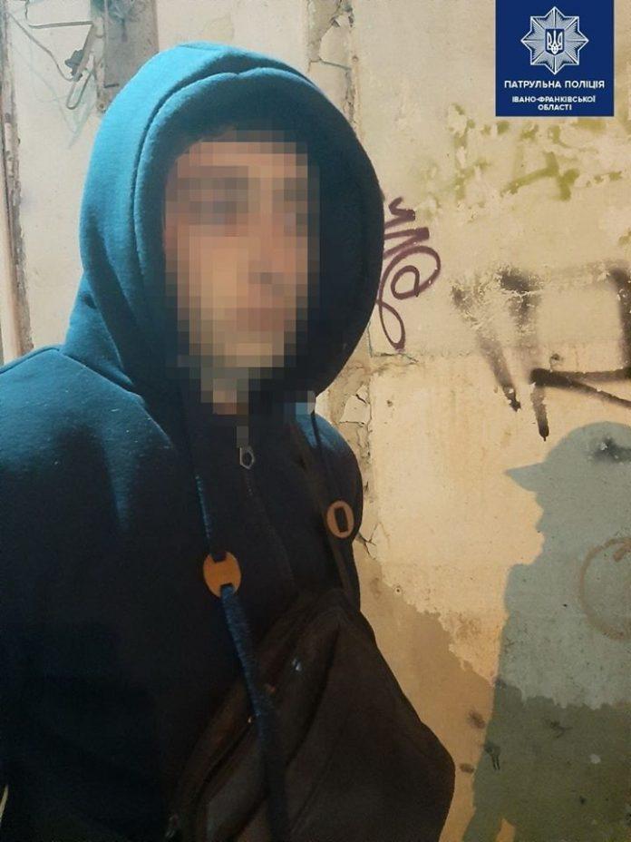 Патрульні впіймали франківця з наркотиками в руках