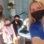 У Франківській перукарні працівники шиють маски та роздають безкоштовно