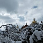 В мережу виклали фото вкутаного снігом Гошівського монастиря: фоторепортаж