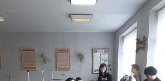 Вчителі ліцею на Тлумаччині самотужки шиють захисні маски для медиків: фотофакт