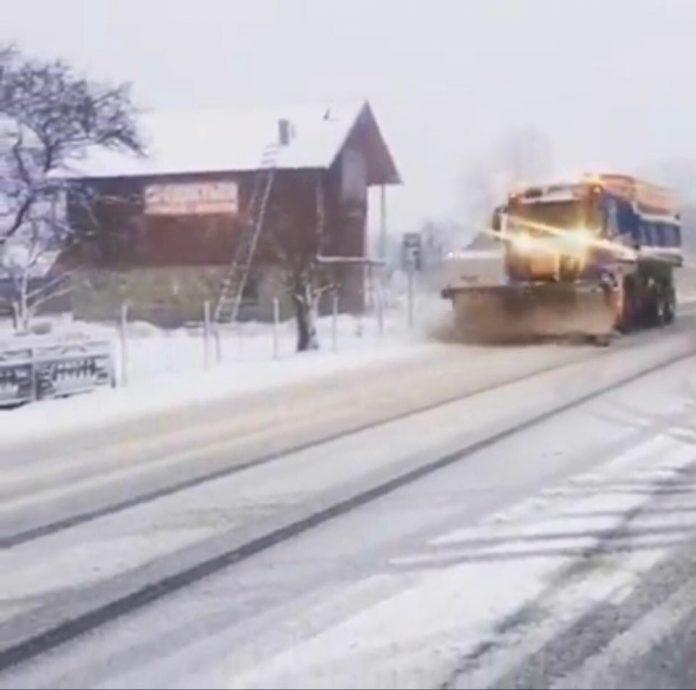 На Прикарпатті випав сніг: техніка очищає дороги: відео
