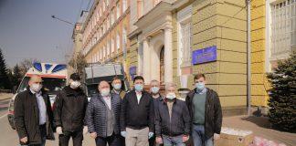 Франківські волонтери передали медикам та поліції засоби індивідуального захисту: фоторепортаж