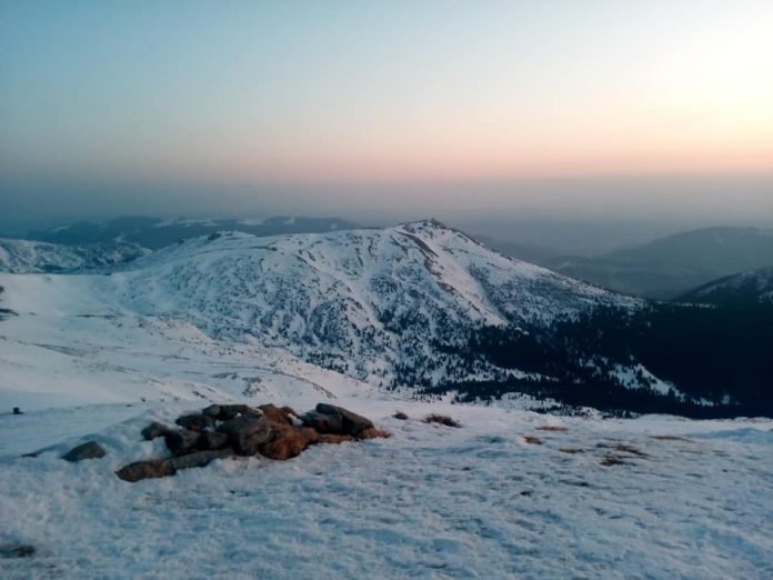 Мережу підкорюють неймовірні фото світанку над засніженою вершиною Піп Іван