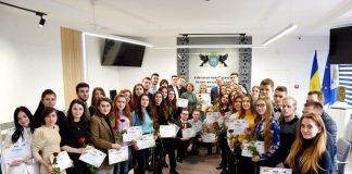 """У Франківську учасникам проекту """"Молодь і влада"""" вручили сертифікати : фото"""