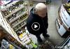В Івано-Франківську розшукують лисого злодія, який вкрав із магазину олійку для кінчиків волосся: відео
