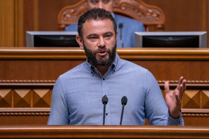 Скандальний Зе-депутат Дубінський назвав іноземного журналіста «бродячою твариною». Фото