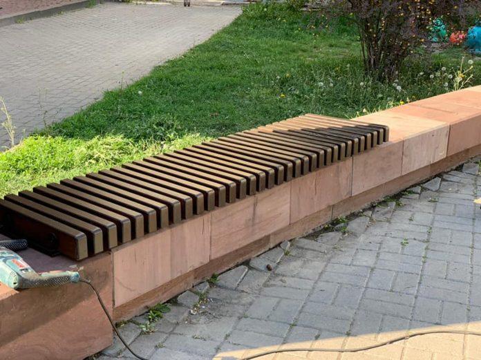 В центрі Івано-Франківська оновили лавочки біля стоматполіклініки