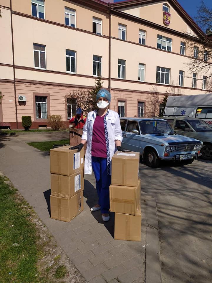 Волонтери передали міським лікарням більше півтисячі одноразових халатів: фото