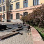 В центрі Івано-Франківська оновили лавочки біля стоматполіклініки: фото