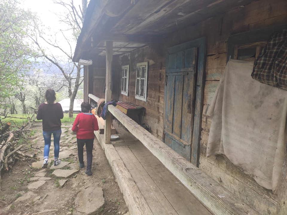 У прикарпатському селі одинока важкохвора жінка помирає з голоду, а на це ніхто не реагує - волонтери: фото та відео
