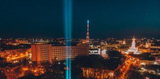 """У Франківську запалили """"промені вдячності"""" на підтримку медиків та військових: фото та відео"""