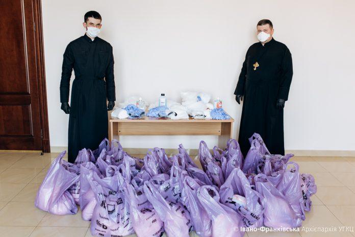 Медичним капеланам Франківська передали засоби індивідуального захисту від вірусу: фото