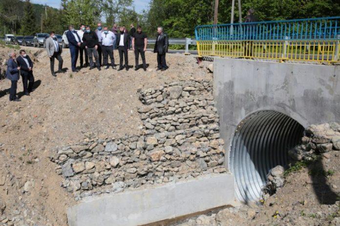 Нардеп Тимофійчук оглянув дорогу Яблунів-Космач, яку ремонтують за гроші іншого нардепа Іванчука