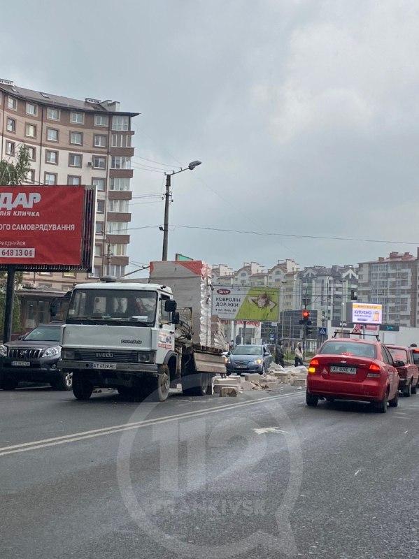 На перехресті вулиць Івана Павла ІІ та Івасюка із кузова вантажівки розсипались коробки по усій дорозі