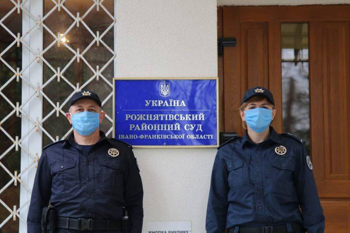П'яний чоловік намагався потрапити до суду Рожнятова – його затримали