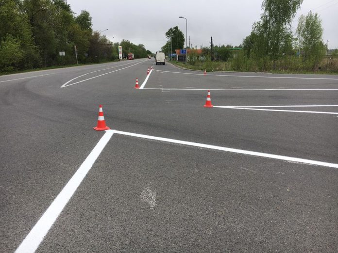 На щойно відремонтовані дороги Івано-Франківщини розпочали наносити дорожню розмітку
