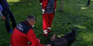 У сквері поблизу вокзалу виявили п'яного чоловіка без свідомості: фотофакт