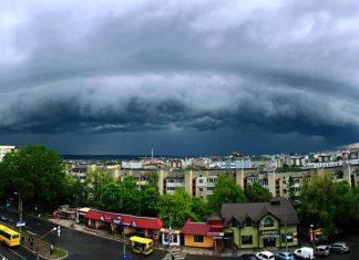 Франківчани у мережі діляться фотографіями грозового неба над містом: фото і відео