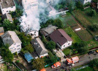 Неподалік Франківська спалахнув житловий будинок: фото, відео
