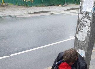Франківців просять упізнати чоловіка, якому стало раптово зле посеред вулиці