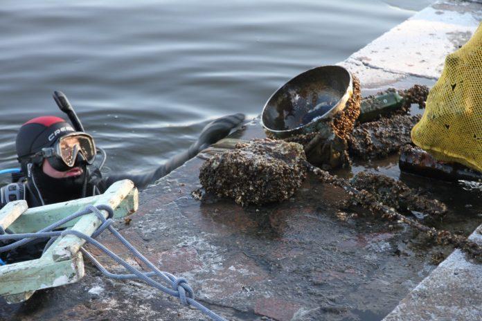 З невеликої частини дна міського озера, франківські водолази витягнули близько 80 кілограм сміття