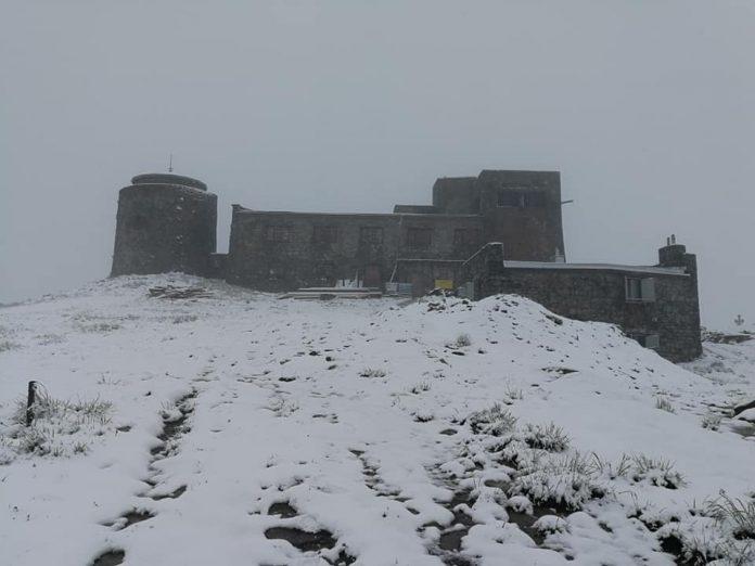 Вершину гори Піп Іван притрусило снігом: фотофакт