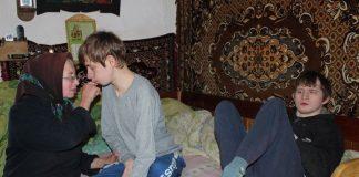 Розумова відсталість та деформація кінцівок: у карпатському селі старенькі батьки доглядають двох дітей з інвалідністю
