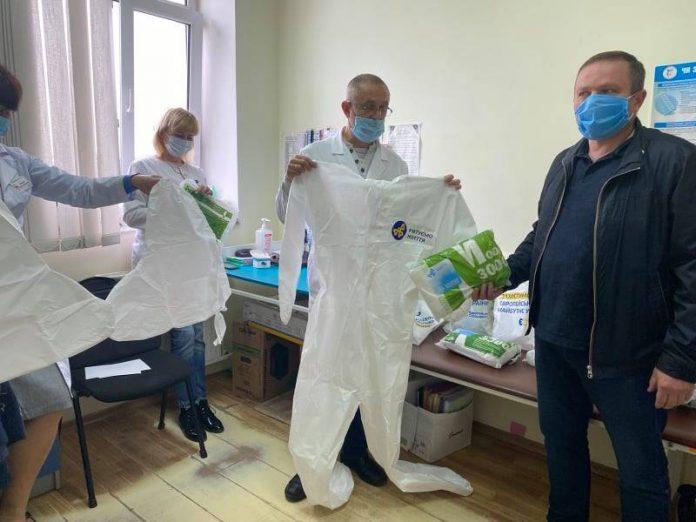 Депутати «ЄС» передали медикам Франківська пульсоксимтери, захисні костюми та відремонтований апарат ШВЛ