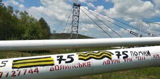 """В Долинському районі невідомі вандали обмалювали газопровід забороненою """"колорадською"""" стрічкою"""